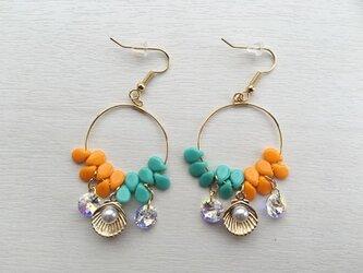 真珠貝フープピアス(オレンジ×グリーン)の画像