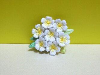 手刺繍ブローチ*白花の画像