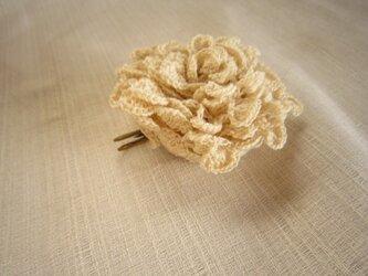 オフホワイトかぎ針編みコサージュの画像