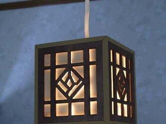 木製のペンダントライト(茶)の画像