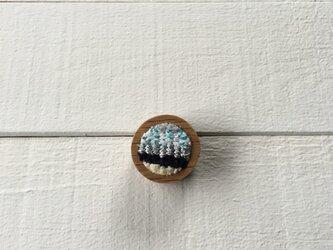 木と裂き織りのブローチ 丸05の画像