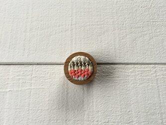木と裂き織りのブローチ 丸06の画像