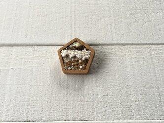 木と裂き織りのブローチ 五角05の画像