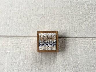 木と裂き織りのブローチ 小09の画像