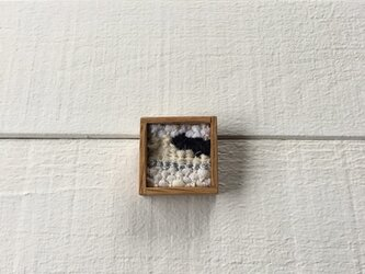 木と裂き織りのブローチ 小10の画像