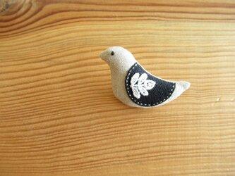 小鳥のブローチ ベージュに黒い翼の画像