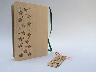 木のブックカバーと栞の画像