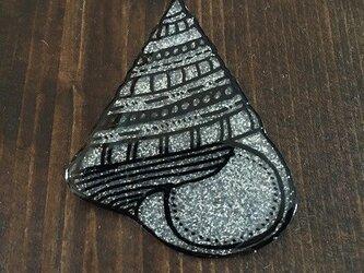 貝殻のピカピカブローチの画像