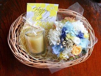 プリザーブドフラワーミニバスケット(ブルーオレンジ)&蜜蝋グラスキャンドル(オレンジ)GIFTセットの画像