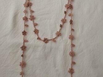夏糸の小花と葉のラリエット サーモンピンクの画像