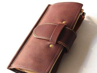 ページをめくるようなレザー長財布。の画像