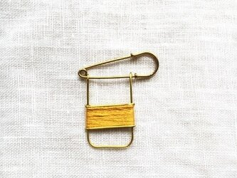 ブラスラインブローチ yellowの画像