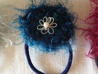 【★SALE★】小さいふわふわお花のヘアゴム【インディゴブルー】の画像