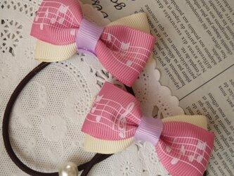 ★りぼん★ ピンク音符柄とアイボリーのダブルリボンのヘアゴム の画像