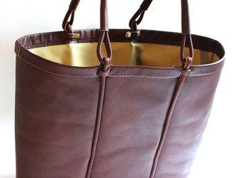 かご型のレザートートバッグ。の画像