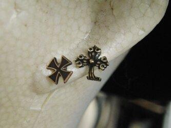 真鍮ブラス製 クロス・十字架型ポストピアスどちらか1個/耳に通す部分=チタン製の画像