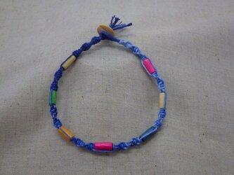 ウッドビーズのアンクレット(ブルー団染)の画像
