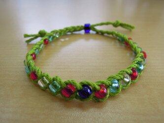 ガラスビーズの三つ編みブレスレット(黄緑)の画像