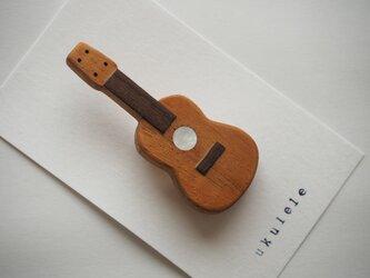 送料無料☆楽器と同じ材料で制作したukuleleブローチ 白蝶貝verの画像