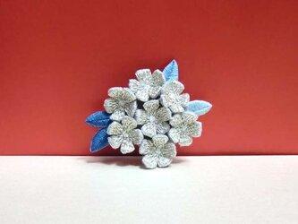 手刺繍ブローチ*銀花の画像