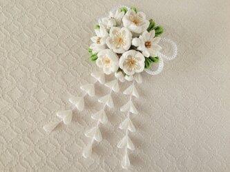 〈つまみ細工〉藤下がり付き梅と小菊と江戸打ち紐の髪飾り(白)の画像