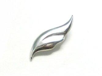 シンプルな羽のピンバッチ の画像