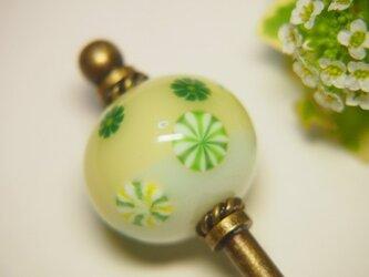 緑のお花のとんぼ玉かんざしの画像