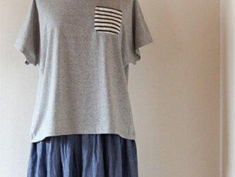 ボーダーポケットのドルマンTシャツ【グレー】の画像