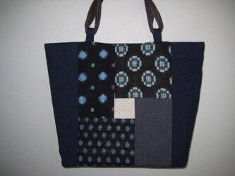 綿絣と藍染生地の大きなトートバッグの画像