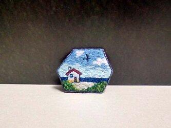 手刺繍ブローチ*海辺の家の画像