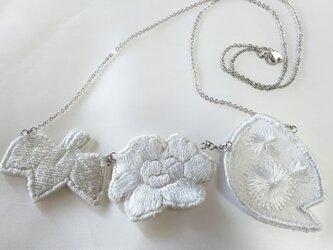 牡丹 菖蒲 アザミの刺繍ネックレスの画像