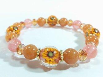 お花のとんぼ玉と天然石のブレスレット(オレンジのひまわり玉)の画像