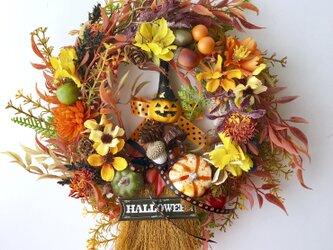 Halloween broom wreathの画像