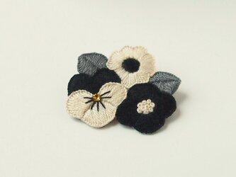 [受注制作]お花たちの刺繍ブローチ(mono tone)の画像