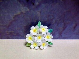 手刺繍ブローチ*白花2の画像