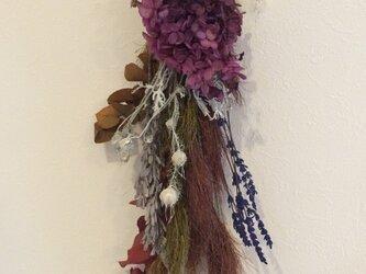 ウォームカラーの紫陽花のスワッグの画像