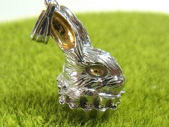 フリル襟ウサギのペンダントトップ(SV925 イエローゴールド/ロジウムメッキ)の画像