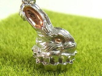 フリル襟ウサギのペンダントトップ(SV925 ピンクゴールド/ロジウムメッキ)の画像