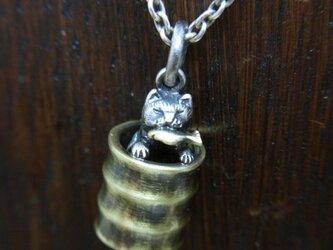 お魚くわえたドラ(ム缶の)猫 (真鍮+銀)の画像