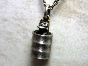 お魚くわえたドラ(ム缶の)猫 (銀+真鍮)の画像