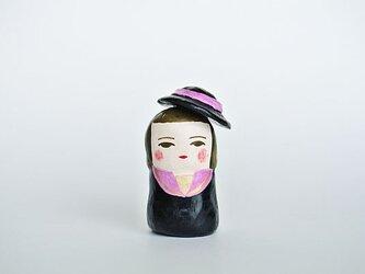 黒とピンクの服のひとの画像