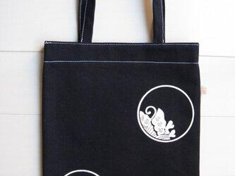 家紋シリーズ 藍染め縦長バッグ 「糸輪に覗き揚羽蝶」の画像