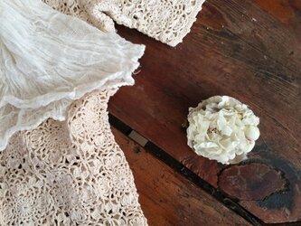 布花ブローチ アイボリーのお花畑の画像