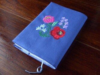 多色花刺繍の文庫本ブックカバー 青の画像