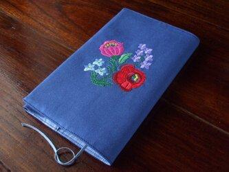 多色花刺繍の新書ブックカバー 青の画像