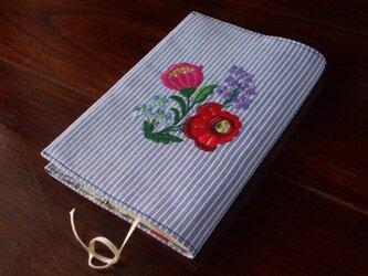 多色花刺繍の文庫本ブックカバー 青ストライプの画像