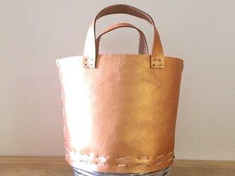 カッパーゴールドのレザーバッグの画像