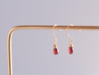 red mini earringsの画像