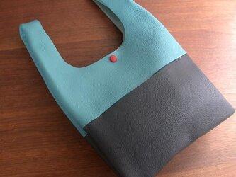 シュリンクレザーのお散歩バッグ...水色×紺の画像