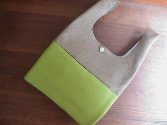シュリンクレザーのお散歩バッグ.グレー×黄緑 リバティポケット Thorpe(ソープ)の画像